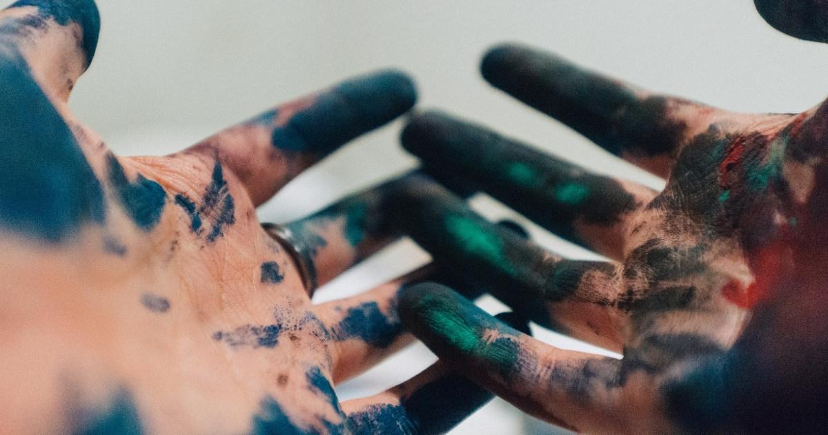 Come Van Gogh, mani sporche di colori e pigmenti verdi
